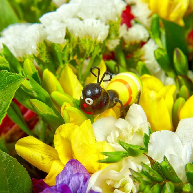 Букет цветов из красных тюльпанов, белой альстромерии, желтой и синей фрезии и красного гиперикума №42 с доставкой.