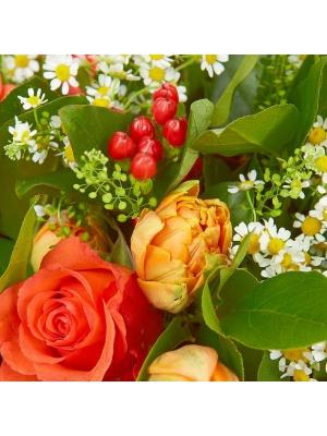Букет цветов из рыжих роз, ромашек, красного гиперикума, салала и рыжих тюльпанов №45 с доставкой.