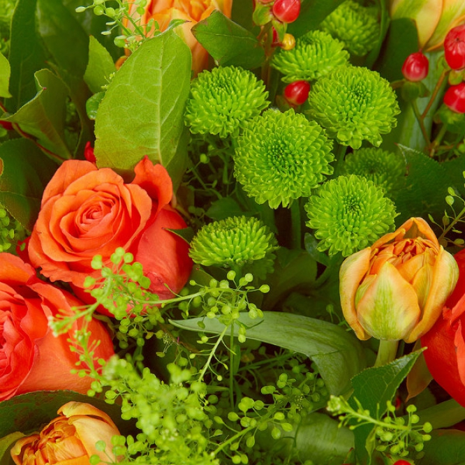 Букет цветов из рыжих роз, зеленой хризантемы, салала, рыжих тюльпанов и красного гиперикума №48 с доставкой.