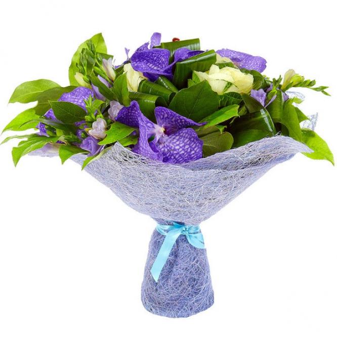 """Букет цветов из голубой фрезии, брасики, аспидистр, салала и синей орхидеи """"Ванда"""" №52 с доставкой."""