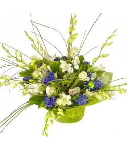 """Букет цветов из белой орхидеи """"Дендробиум"""", синего гиацинта, амбрелл, салала и белого лизиантуса №53 с доставкой."""