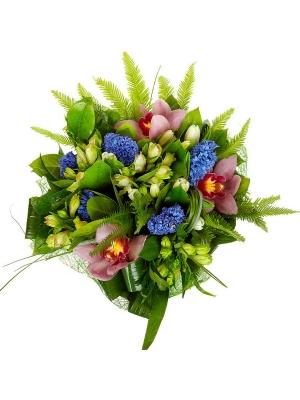 Букет цветов из белых тюльпанов, розовой орхидеи, синего гиацинта и белой альстромерии №54  доставкой.