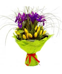 Букет цветов из желтых тюльпанов, синего ириса, аспидистр, салала и берграсса №57 с доставкой.