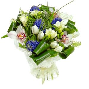 Букет цветов из белых тюльпанов, синего гиацинта, белой орхидеи, аспидистр и белой фрезии №7 с доставкой.