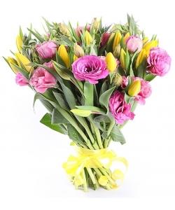Букет цветов из разноцветных тюльпанов (35 шт.) и розового лизиантуса (эустомы) №72 с доставкой.